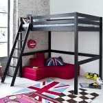 двухъярусная кровать икеа с малиновым диваном