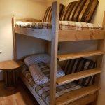 детская двухъярусная кровать с подушкой