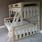 детская двухъярусная кровать трехспальная