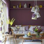 диван фиолетовый в комнате
