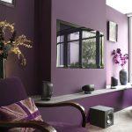 диван фиолетовый стены