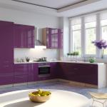 фиолетовый кухонный гарнитур с белыми стенами