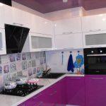 фиолетовый кухонный гарнитур с плиткой