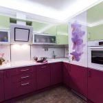 фиолетовый кухонный гарнитур с белым и цветами