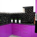 фиолетовый кухонный гарнитур с черной плиткой