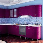 фиолетовый кухонный гарнитур с голубыми стенами