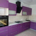 фиолетовый кухонный гарнитур с черной микроволновкой