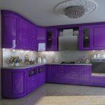 фиолетовый кухонный гарнитур с большой люстрой
