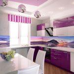 фиолетовый кухонный гарнитур с полосатой шторой