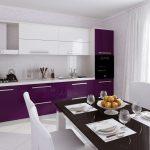 фиолетовый кухонный гарнитур с черным столом