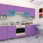 фиолетовый кухонный гарнитур с голубыми шкафами