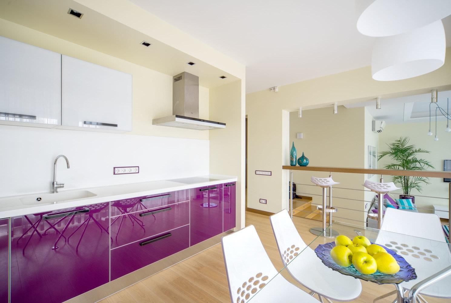 стеклянный стол на фиолетовой кухне