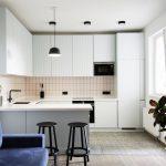 кухонный гарнитур с барными стульями