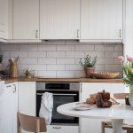 кухонный гарнитур с кирпичами