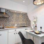 кухонный гарнитур с пятнистой стеной