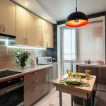 кухонный гарнитур с оранжевой лампой