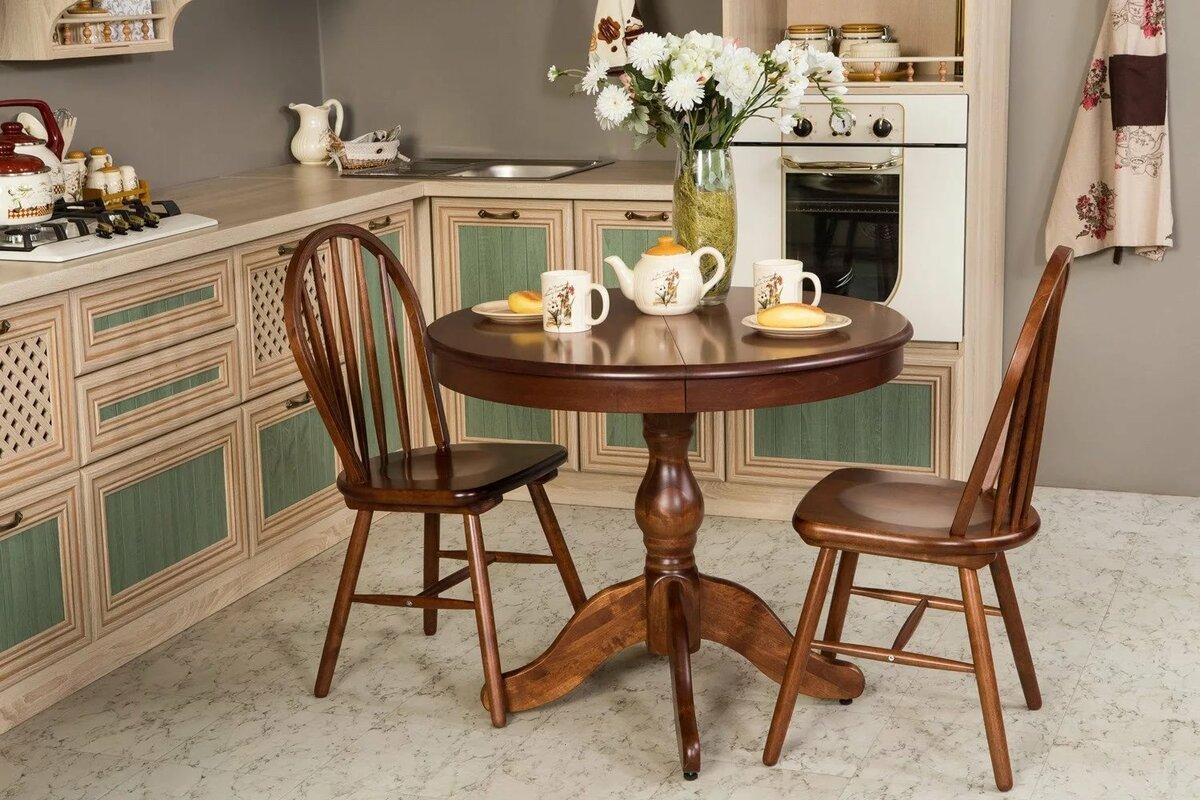 стол по центру на кухне