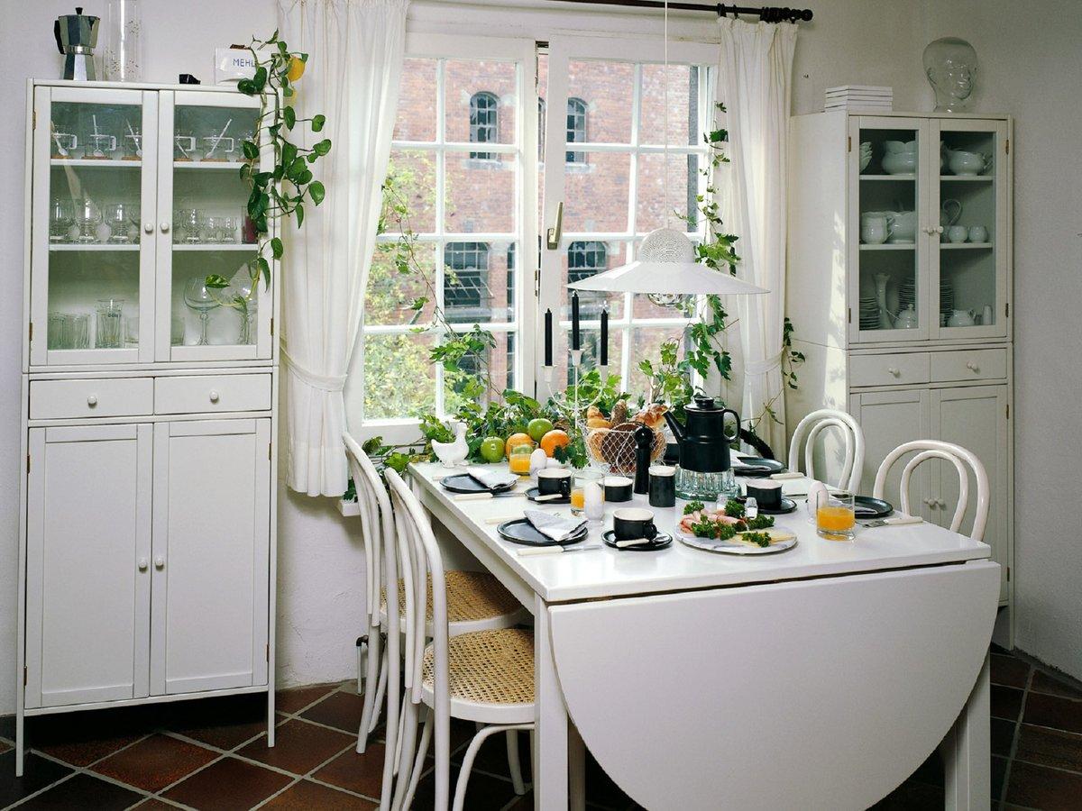 стол у окна на кухне