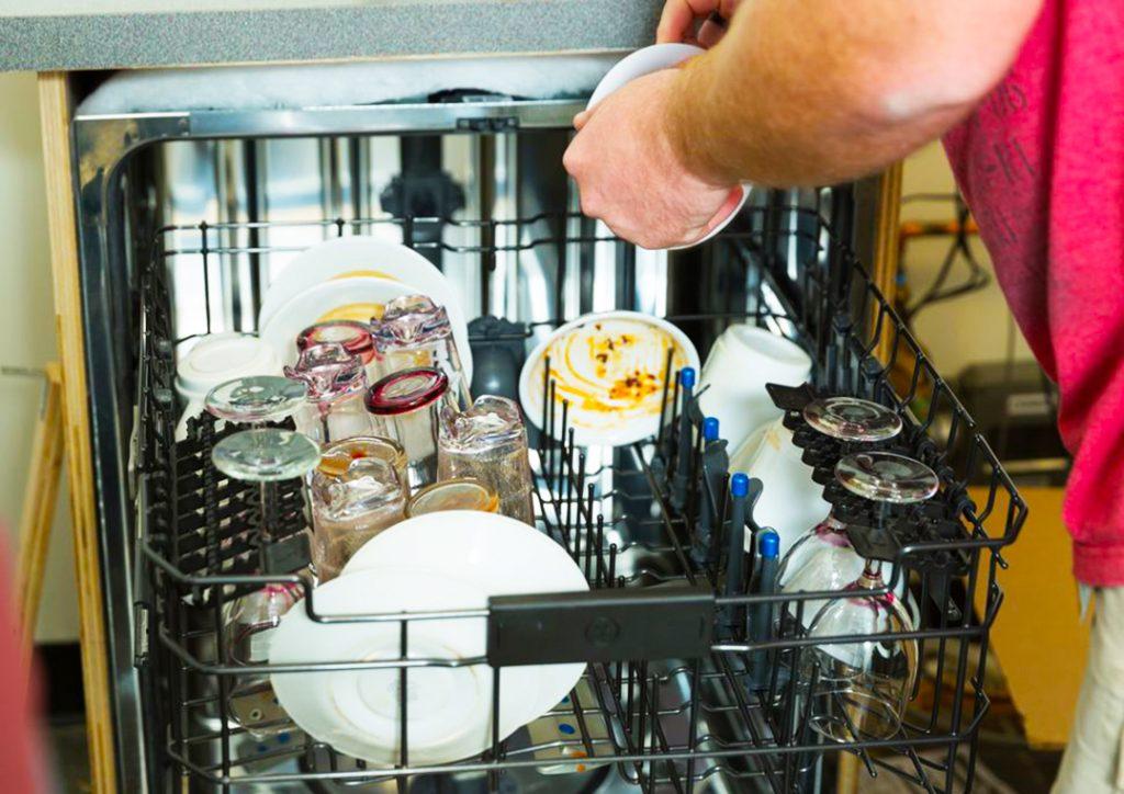 грязная посуда в посудомойке