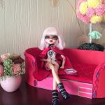 красный кукольный диван