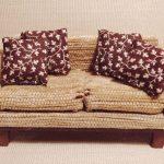 аккуратный кукольный диван