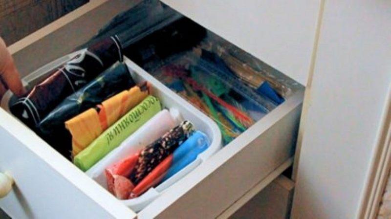 хранение пакетов на кухне в контейнере