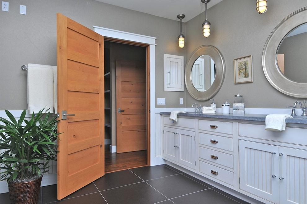 открывать двери в ванную комнату
