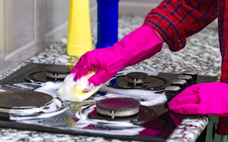чистить плиту от пригоревшей еды
