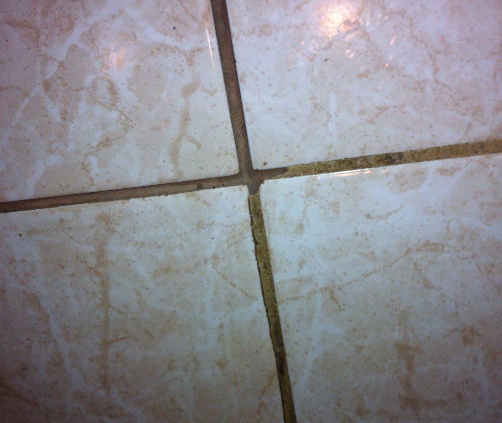 грязные швы между плиткой