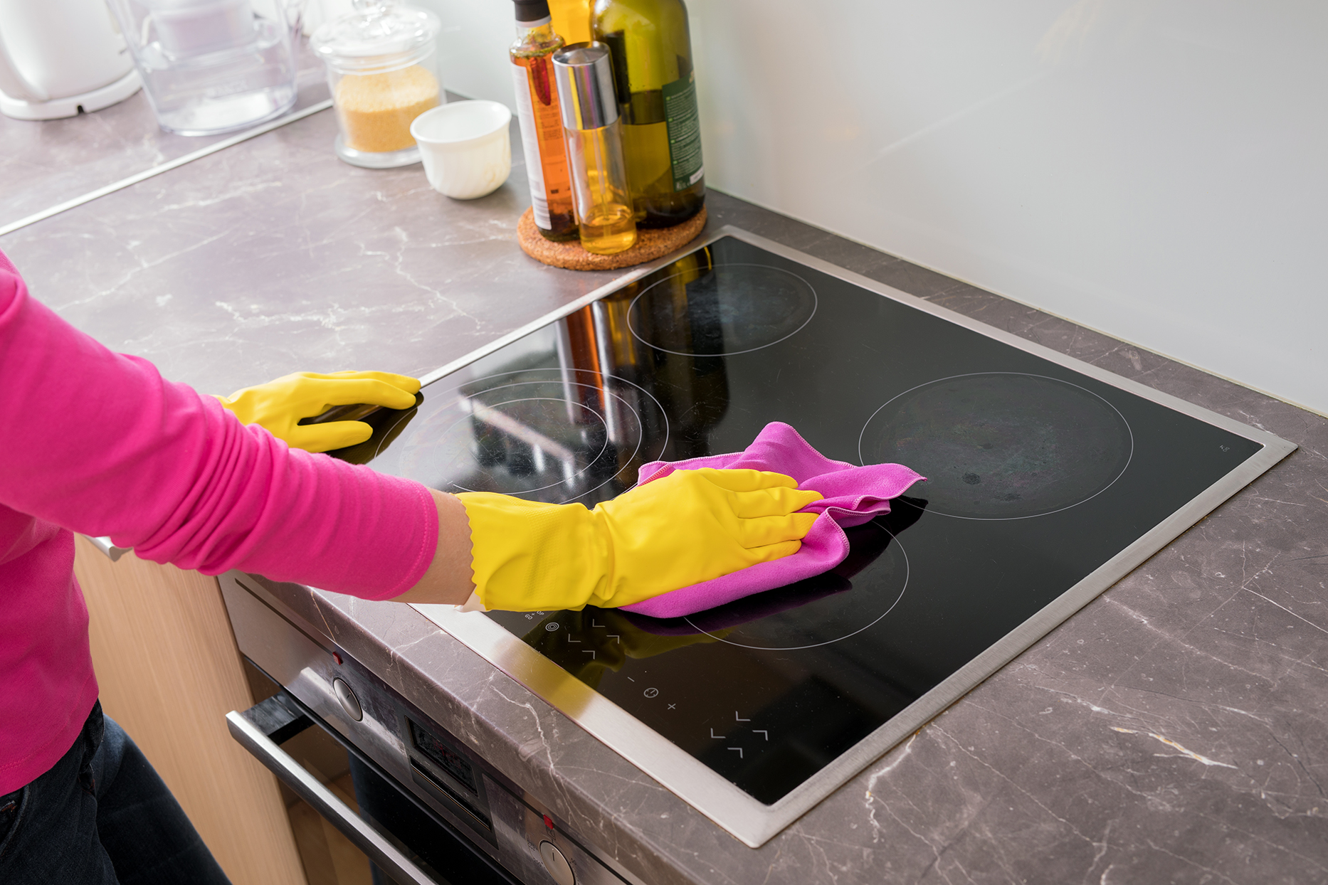 процесс очистки плиты