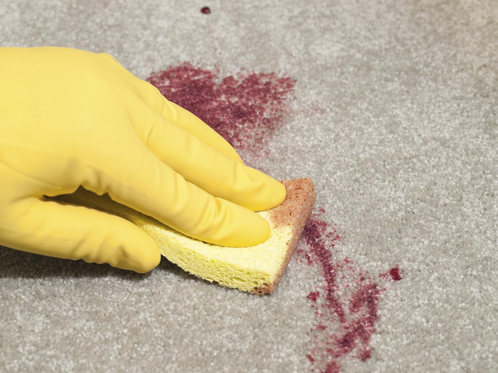 отмывание дивана губкой
