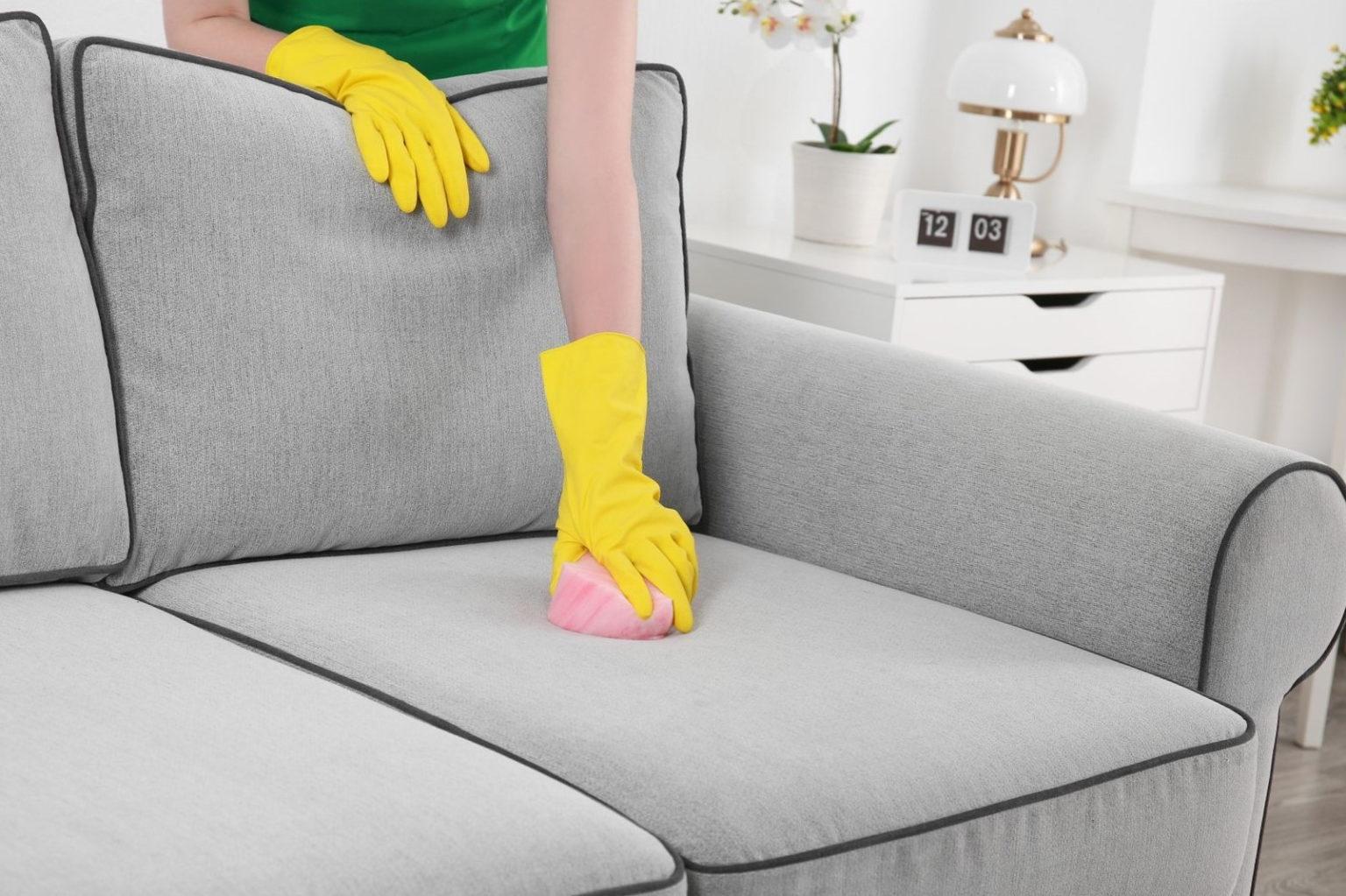очистка дивана в перчатках