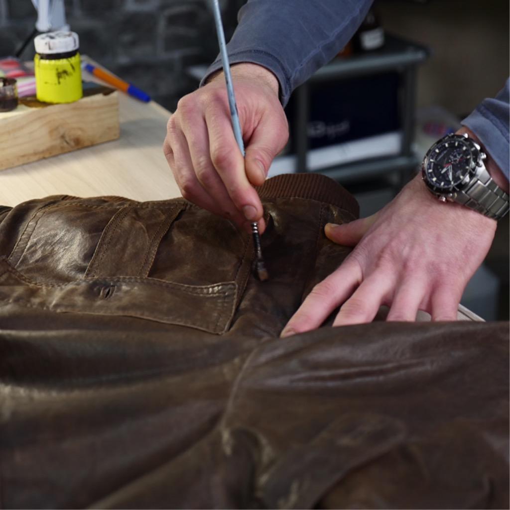 процесс покраски куртки