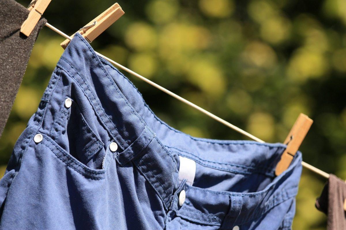 джинсы висят на веревке