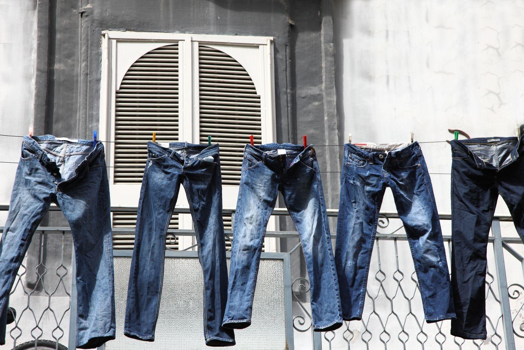 сушка джинсов на веревке