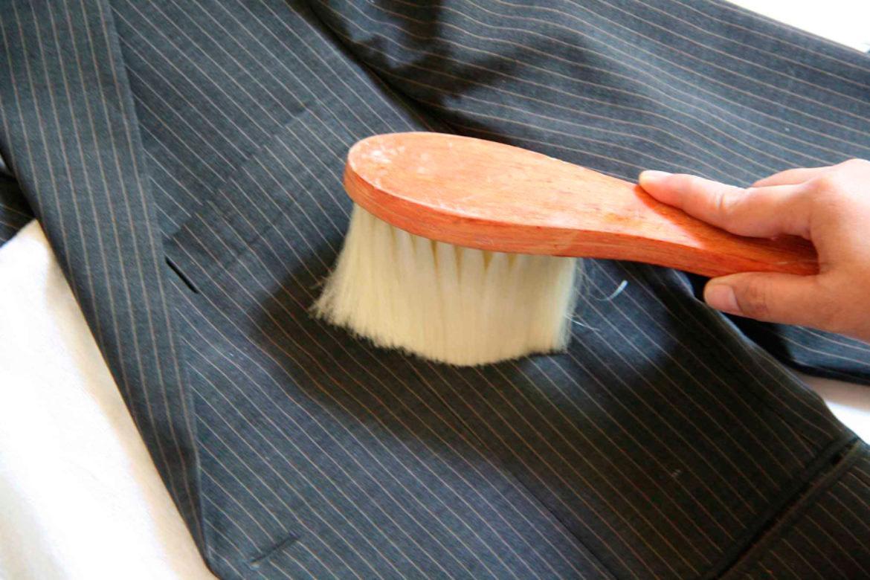 чистка пиджака щеткой