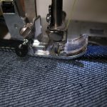 шитье на машинке джинсов