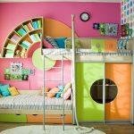 яркий дизайн двухэтажной кровати для детей
