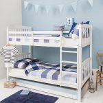 белая кровать в морском стиле