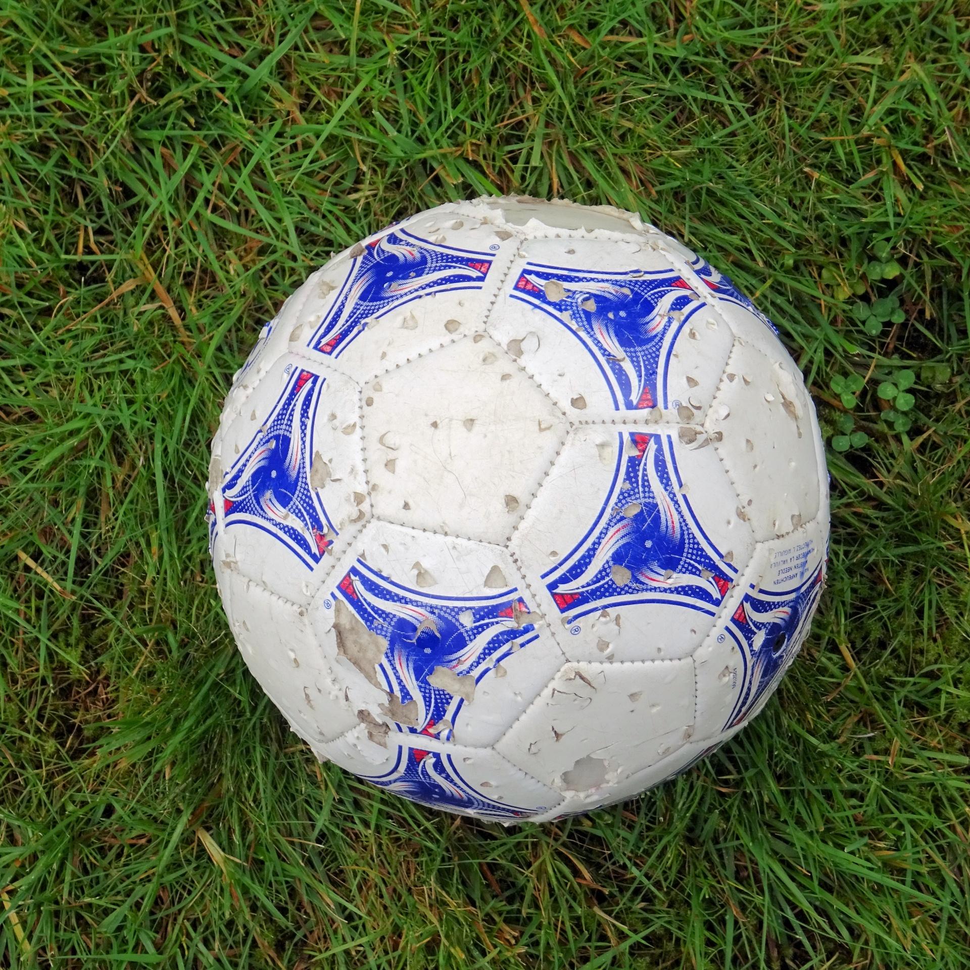 нанесение клея внутрь мяча