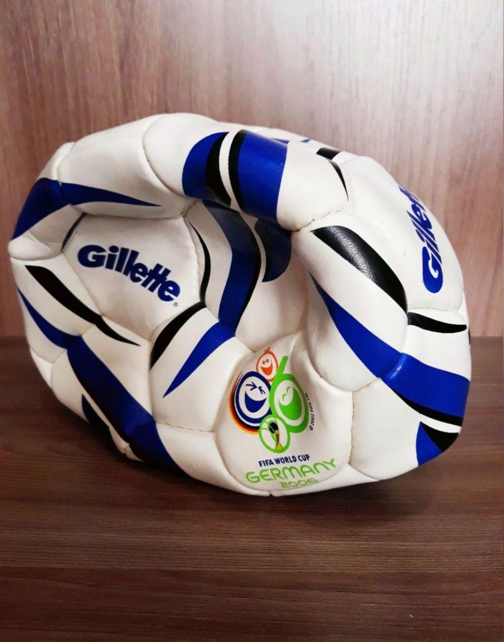 спущенный футбольный мяч