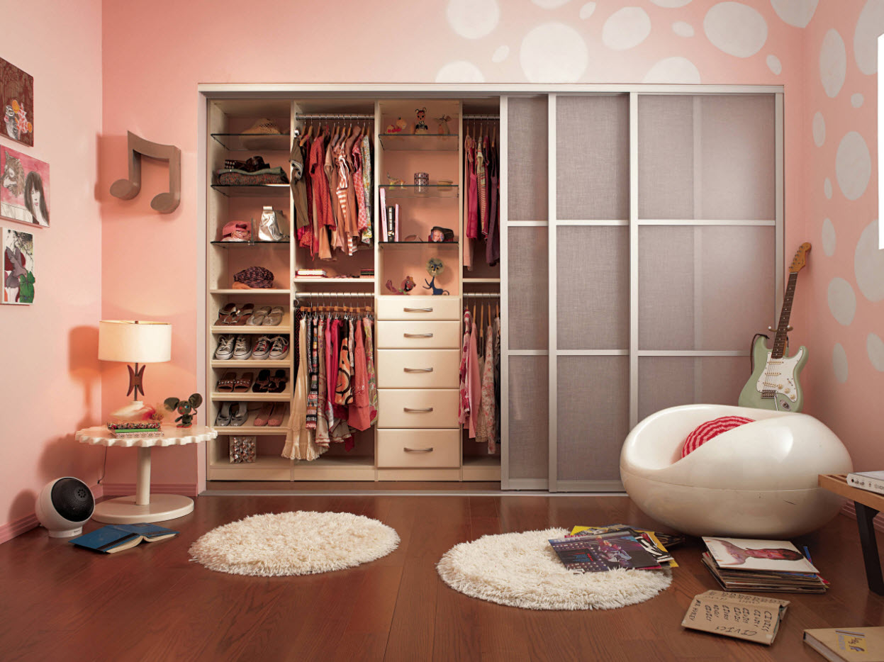 шкаф-купе в комнате девушки