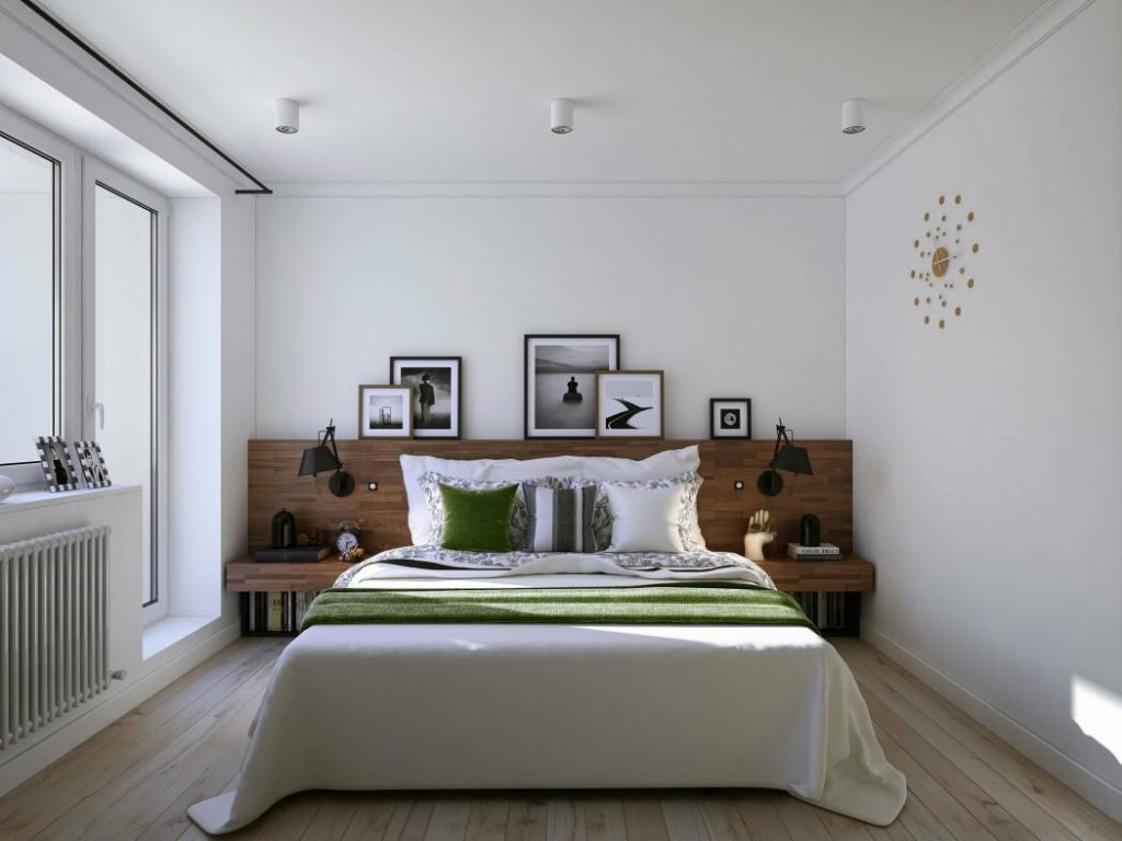 кровать боком к балкону