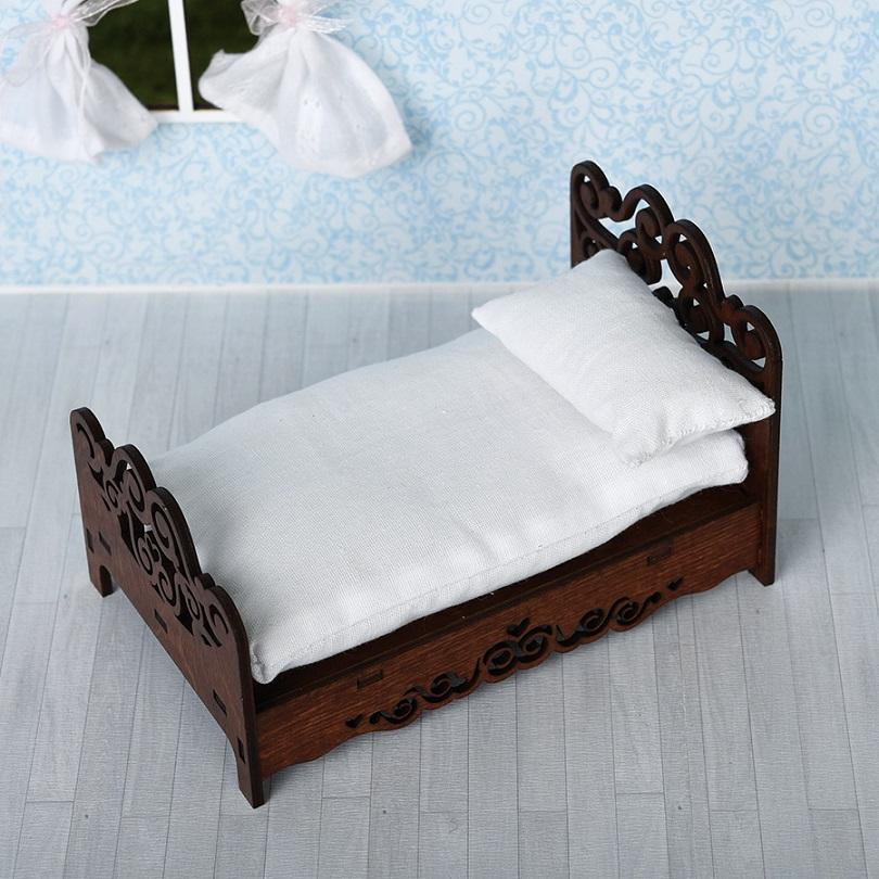 кровать для кукол с подушкой