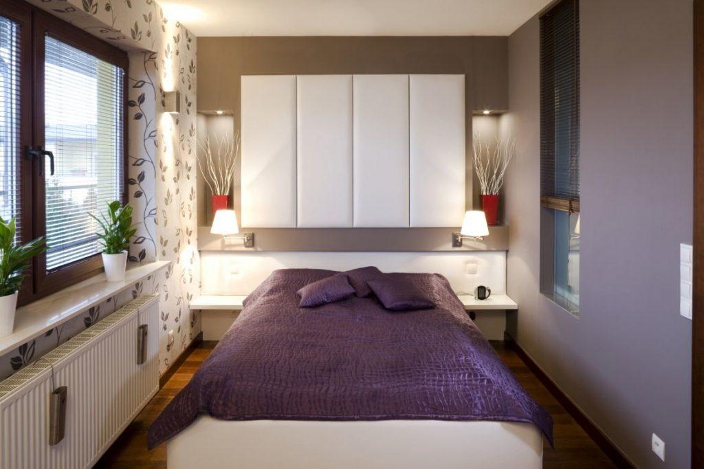 кровать в прямоугольной комнате