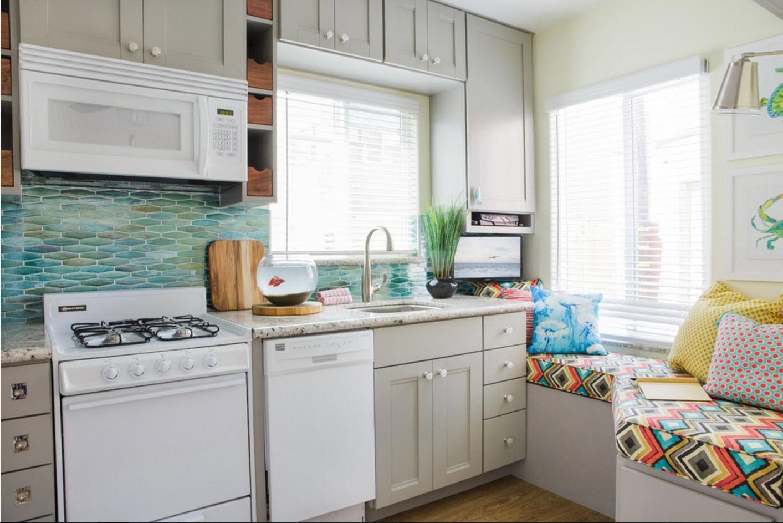 кухня 9 кв м с диваном у окна