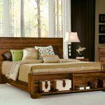 мебель из дерева кровать с подушками