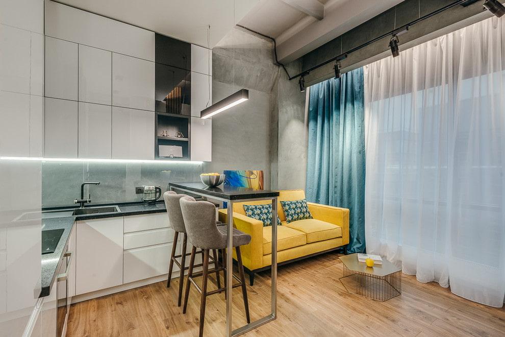 зона отдыха с диваном на кухне
