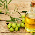 оливковое масло в небольшой бутылке