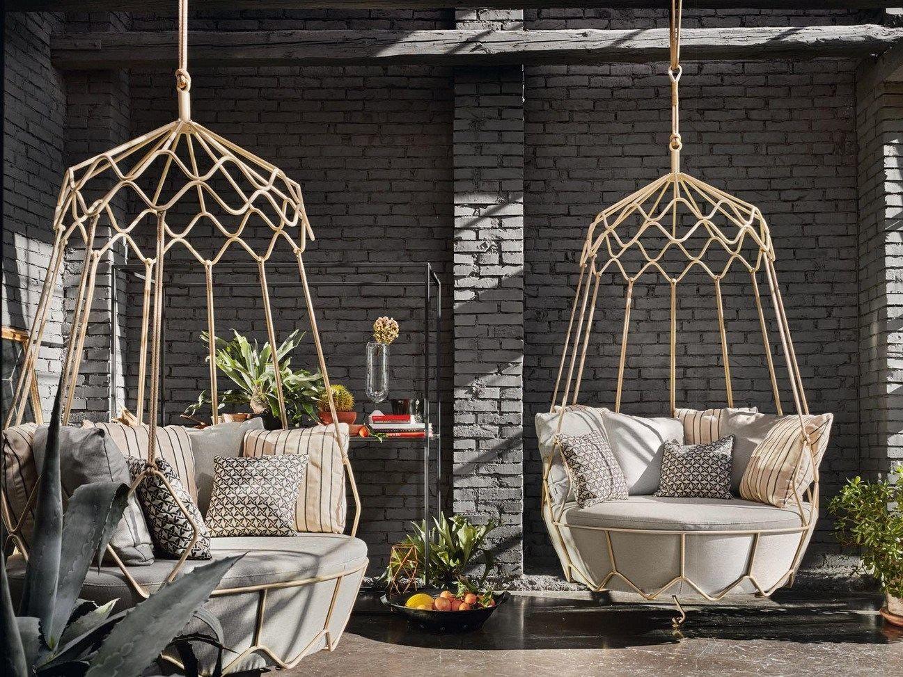 подвесное кресло в саду